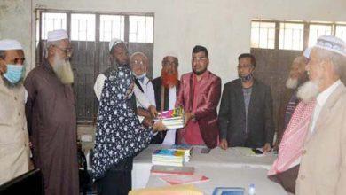 Photo of সিদ্ধিরগঞ্জ দারুচ্ছুন্নাহ ইসলামিয়া আলিম মাদ্রাসায় শিক্ষার্থীদের নতুন বই বিতরণ