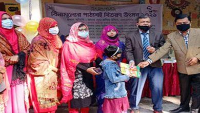 Photo of নারায়ণগঞ্জে শিক্ষার্থীদের মাঝে নতুন বই বিতরণ করলেন জেলা প্রশাসক জসিম উদ্দিন