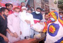 Photo of ডেমরায় মটর চালক ও শ্রমিকদের মাঝে খাদ্যসামগ্রী বিতরন