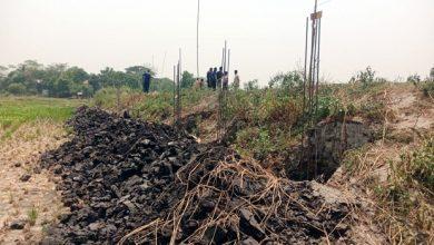Photo of রূপগঞ্জে পুলিশ পাহারায় কৃষকের জমিসহ সীমানা প্রাচীর নির্মাণের অভিযোগ